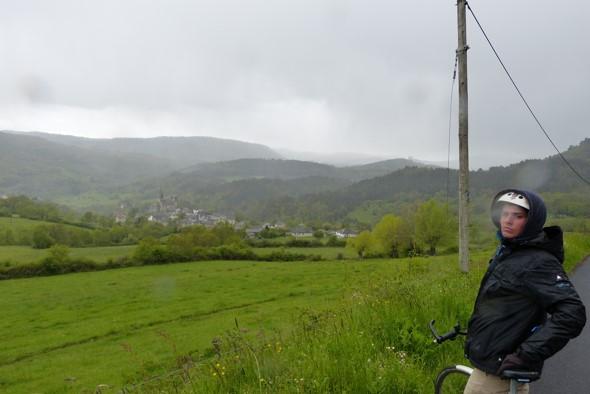 Juste avant Saint-Nectaire, sous la pluie