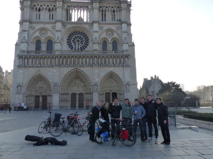 8h30 : une ambiance de franche camaraderie devant la cathédrale