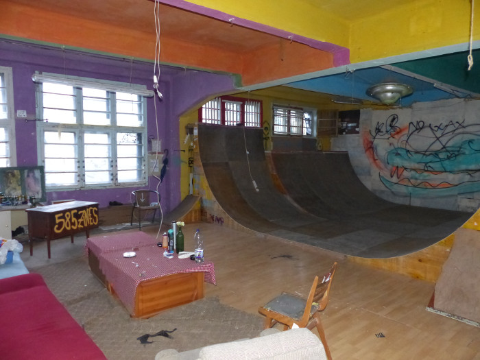 Dernier étage, petite rampe tranquille pour skateurs nerveux