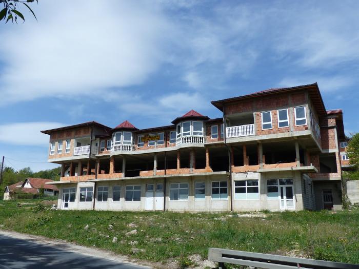 A VENDRE: Maison à fort potentiel, banlieue chic de Sarajevo (40km). Avancement remarquable, admirez les fenetres posées au rez de chaussée et au 3e étage. Une habitation unique à saisir!