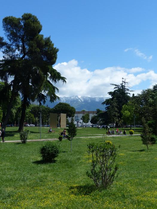 Je me disais : pourquoi on installerait pas des montagnes autour de Paris? Moi je dis, installons des montagnes autour de Paris! regardez le somptueux exemple de Tirana! Ce qu'on fait les Albanais peut être fait par les Francais de bonne volonté.